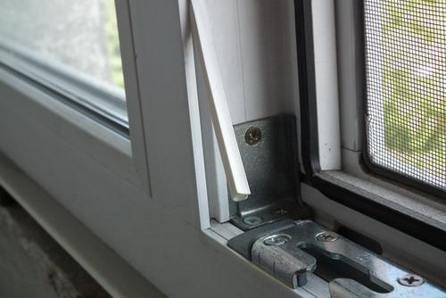 Пыльник в фурнитурном пазе пластикового окна