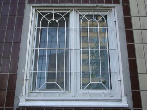 Металлические решётки на окнах