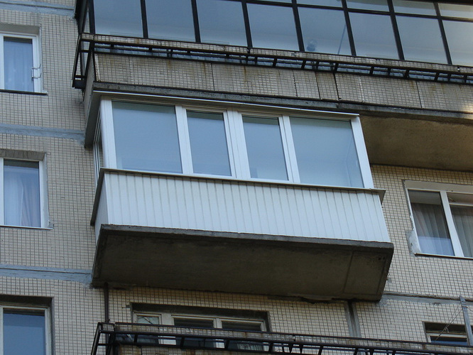 Пластиковый балкон сайдингом